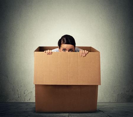 asustado: Mujer joven que oculta en una caja de cart�n