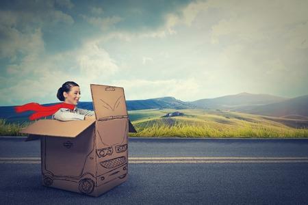 田舎道で幸せな車ドライバー