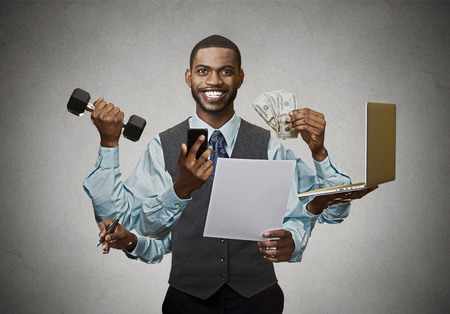 Multitâche homme d'affaires heureux isolé sur fond gris mur. Vie trépidante de chef d'entreprise dirigeant d'entreprise. Beaucoup de courses notion Banque d'images - 44098323