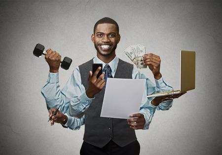 fitness hombres: Multitarea feliz hombre de negocios aislados sobre fondo gris de la pared. Ajetreada vida de gerente de la empresa ejecutivo corporativo. Muchas diligencias concepto