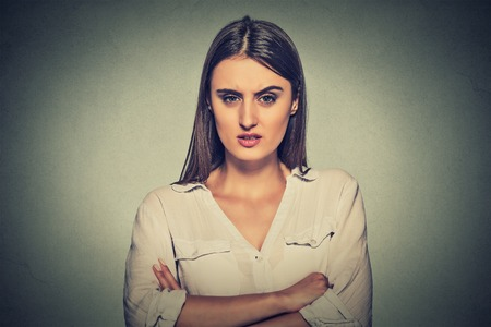 portret boze ontevreden vrouw op grijze achtergrond