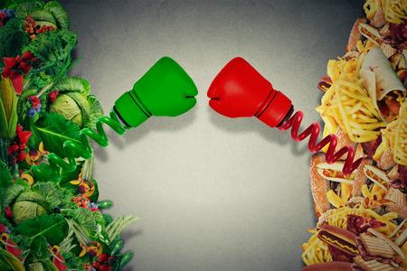 comida rica: Vegetariana combates alimentos poco saludables de comida basura con guantes de boxeo puñetazos entre sí. Batalla Concepto de la dieta de la nutrición. Foto de archivo