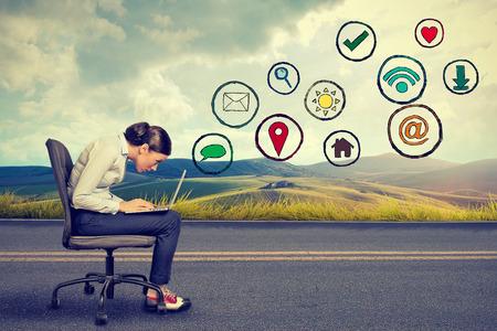 medios de comunicacion: Perfil lateral mujer joven que trabaja en la computadora portátil usando la aplicación de los medios de comunicación social. La construcción de relaciones concepto de tecnología de la comunicación moderna Foto de archivo