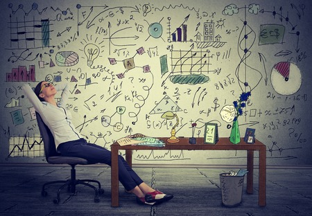 libertad: Joven mujer de negocios se relaja en su escritorio en su oficina