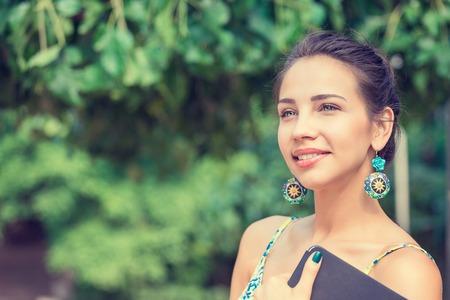 Portrait d'une jolie femme heureuse, sourire
