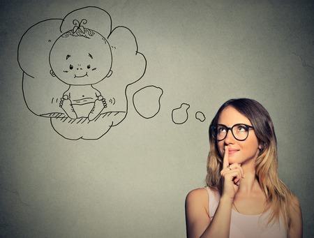 planificacion familiar: Mujer del retrato pensando soñando con un niño