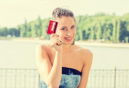 credit card: mujer de compras en línea de la celebración que muestra la tarjeta de crédito