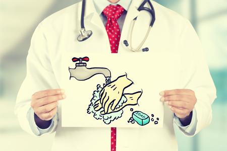 wash: Primer médico manos que sostienen la tarjeta blanca con lavar su muestra mensaje aislado en fondo de la oficina clínica del hospital. Imagen retra filtro estilo Instagram. Concepto del cuidado médico