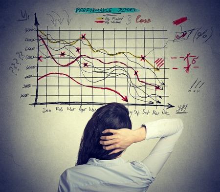Femme analyste résoudre problème de la mauvaise économie. Concept de la vie des affaires stressant Banque d'images - 45042545