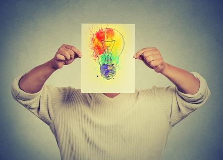 reflexionando: Hombre de haber aislado brillante idea cara colorido cubierta bombilla fondo de la pared gris. Pensamiento libre, el nuevo enfoque, la tecnolog�a alternativa. La creatividad, la imaginaci�n, el dinamismo, el concepto de inteligencia Foto de archivo