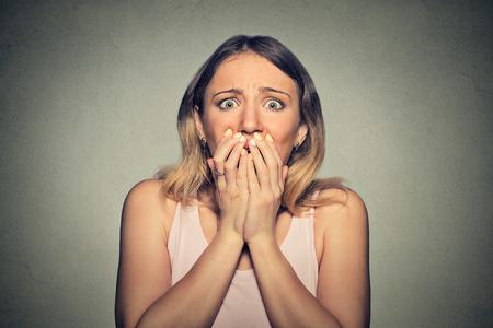 asombro: Mujer asustada Preocupada