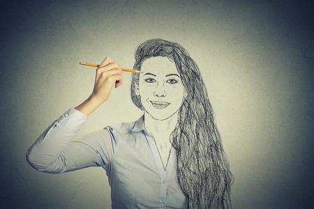美しい女性の自己の肖像画の顔の描画、灰色の壁の背景に分離された真の感情を非表示。私生活、アイデンティティ概念。