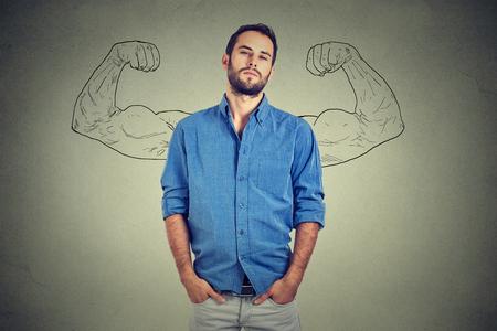 confianza: Hombre fuerte, uno mismo joven empresario confía en pie aislados sobre fondo gris de la pared. Arrogante snob arrogante negrita engreído sobresalía hombre