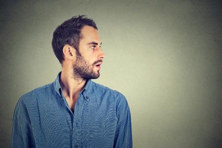 visage profil: profil de bel homme sur fond gris