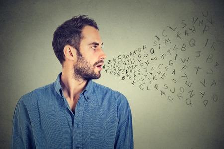 comunicação: Homem que fala com letras do alfabeto que sai de sua boca. Comunica Banco de Imagens