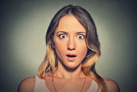 asustado: Preocupado mujer sorprendida miedo