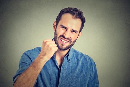beau mec: portrait de jeune homme en colère Banque d'images