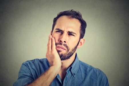 hombre joven con un dolor de muelas dientes
