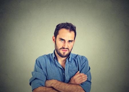 nerveux: Portrait Gros plan de jeune homme en colère, sur le point d'avoir la dépression nerveuse, isolé sur fond gris mur. Émotions humaines négatives expression faciale des sentiments l'attitude
