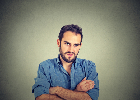 attitude: Primer retrato de hombre joven enojado, a punto de tener ataque de nervios, aislado en el fondo de la pared gris. Emociones humanas negativas expresión facial sentimientos actitud Foto de archivo