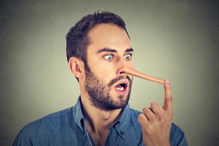 Mann mit langen Nase isoliert auf grauen Wand Hintergrund. Lügner-Konzept. Menschliche Gesichtsausdrücke, Emotionen, Gefühle.