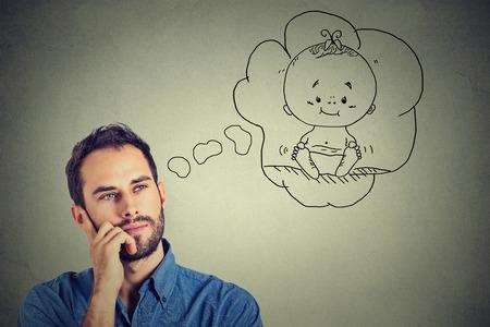persona pensando: Hombre del retrato pensando soñando con un niño