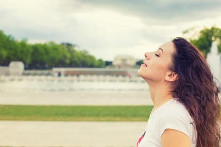mente: Perfil lateral de la mujer sonriente mirando al cielo azul, celebrando la libertad disfrutando. Éxito positivo humana emoción expresión cara percepción sensación de la vida, la paz de la mente el concepto. Niña feliz gratuito