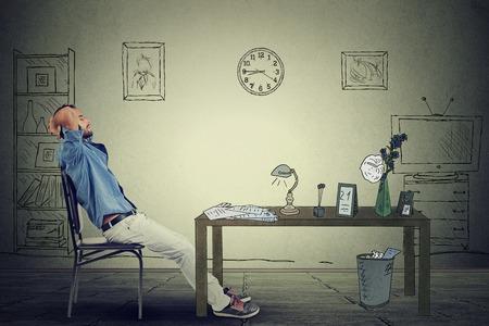 administración del tiempo: joven hombre de negocios se relaja sentado en la oficina