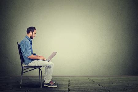 trabajo social: Hombre joven con un ordenador portátil