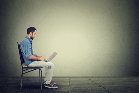 medios de comunicacion: Hombre joven con un ordenador portátil