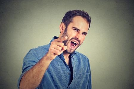 persona enojada: retrato de un hombre joven enojado