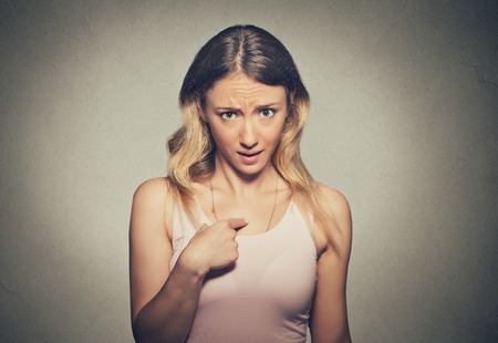 corporal language: Primer retrato de enojado, infeliz, mujer joven molesto, enojarse, que hace la pregunta que hablar conmigo, �me quieres decir? Fondo gris aislado. Emociones humanas negativas, expresiones faciales