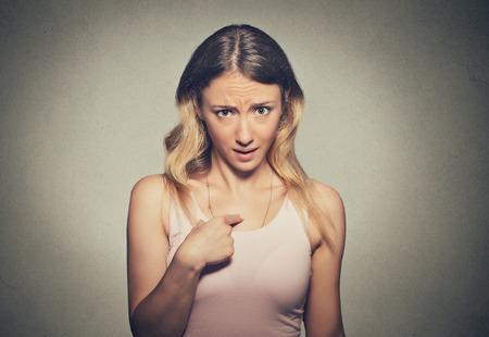 corpo umano: Ritratto del primo piano arrabbiato, infelice, infastidito giovane donna, impazzire, chiedendo domanda che parlare con me, mi vuoi dire? Isolato sfondo grigio. Emozioni umane negative, le espressioni facciali