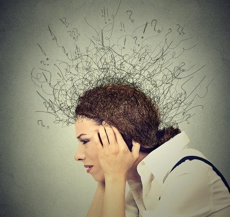 estrés: Perfil lateral primer mujer joven triste preocupado con expresión de la cara y el cerebro estresado fundiéndose en líneas signos de interrogación. Compulsivos, adhd, trastornos de ansiedad obsesivo