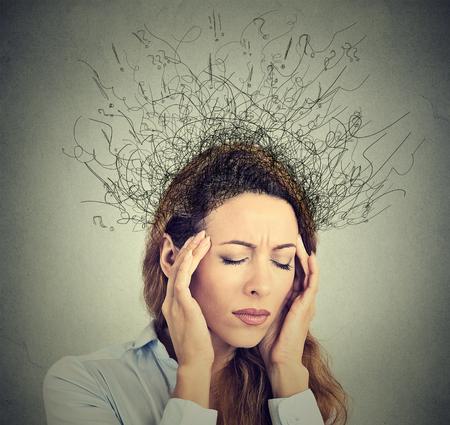 estrés: primer de la mujer joven triste preocupado con expresión de la cara y el cerebro estresado fundiéndose en líneas signos de interrogación. Compulsivos, adhd, trastornos de ansiedad obsesivo