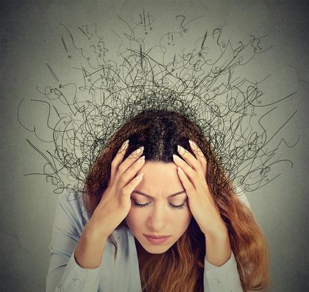 estrés: Primer mujer joven triste preocupado con expresión de la cara y el cerebro estresado fundiéndose en líneas signos de interrogación. Compulsivos, adhd, trastornos de ansiedad obsesivo