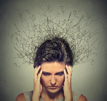 Close-up triest jonge vrouw met ongerust benadrukt gezichtsuitdrukking en de hersenen smelten in lijnen vraagtekens. Obsessieve compulsieve, ADHD, angststoornissen