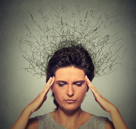 ansiedad: Primer mujer joven molesto con preocupado estresado expresión de la cara con el ceño fruncido y el cerebro fundiéndose en líneas signos de interrogación. Obsesivo compulsivo, el TDAH, ansiedad, trastornos ocd