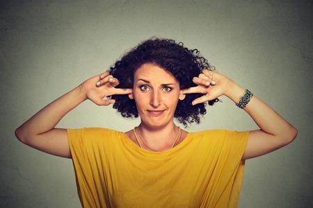 oido: molesto molesto mujer enojada tapar sus oídos con los dedos no quiere escuchar