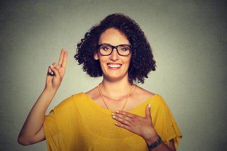 expresion corporal: Mujer joven que hace una promesa