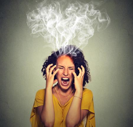 frustrace: Velmi rozzlobený naštvaný žena křičí pára kouř vycházející z hlavy. Negativní lidské emoce, pocity výraz tváře