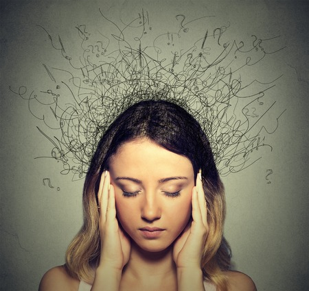 mente humana: Primer mujer joven triste preocupado con expresión de la cara y el cerebro estresado fundiéndose en líneas signos de interrogación. Compulsivos, adhd, trastornos de ansiedad obsesivo