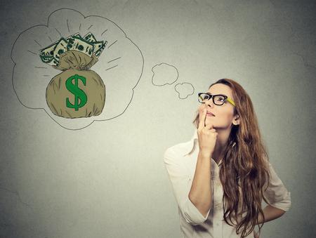 persona pensando: Mujer so�ando con el �xito financiero Foto de archivo