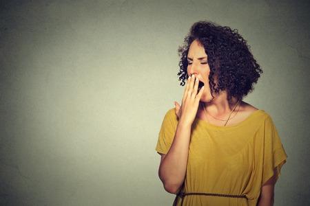 perezoso: Es demasiado pronto para la reuni�n. Retrato del primer mujer joven so�olienta con la boca bostezando bien abiertos los ojos cerrados mirando el fondo aislado pared gris aburrido. Expresi�n de la cara lenguaje corporal emoci�n
