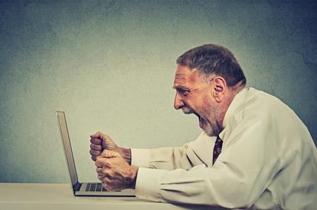 jefe enojado: Angry hombre de negocios mayor furioso trabajando en equipo, gritando. Negativo emoción humana facial sentimiento expresión agresión problemas para controlar la ira concepto. Chico Perfil lateral que tiene ataque de nervios
