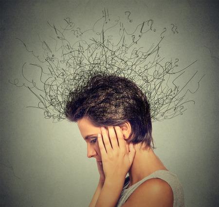 心配を持つ若い女性をクローズ アップでは、溶融線疑問符深い思考に脳を集中しようと下へ見ている表情を強調しました。不安障害、強迫観念、強 写真素材