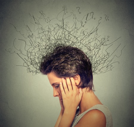 ansiedad: Mujer joven del primer con la expresión de la cara preocupada subrayado mirando hacia abajo tratando de concentrarse cerebro fundiéndose en líneas cuestionar marcas pensamiento profundo. Compulsivos, adhd, trastornos de ansiedad obsesivo