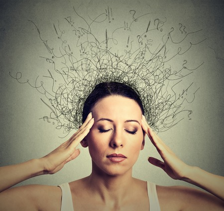 Close-up jonge vrouw met ongerust benadrukt gezichtsuitdrukking gesloten ogen proberen te concentreren met de hersenen smelten in lijnen vraagtekens diepe denken. Obsessieve compulsieve, ADHD, angststoornissen