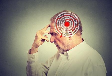 Oldalnézeti idős férfi megoldó probléma gondolkodás elszigetelt szürke fal háttér. Az emberi arc kifejezése. Határozat bölcsesség megvalósításában. Az érzelmi intelligencia