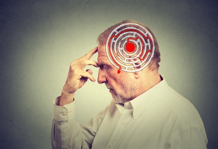 Perfil lateral hombre de edad avanzada solución de problemas pensamiento aislado sobre fondo gris de la pared. expresión de la cara humana. Decisión concepto de estrategia sabiduría. Inteligencia emocional